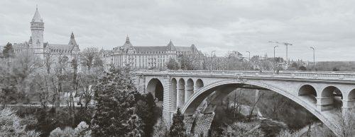 paysage pont en noir et blanc