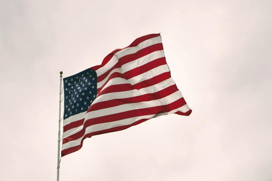 Drapeau USA flotant dans l'air avec en fond un ciel nuageux. selectionné car le thème de l'article est l'emploi aux USA